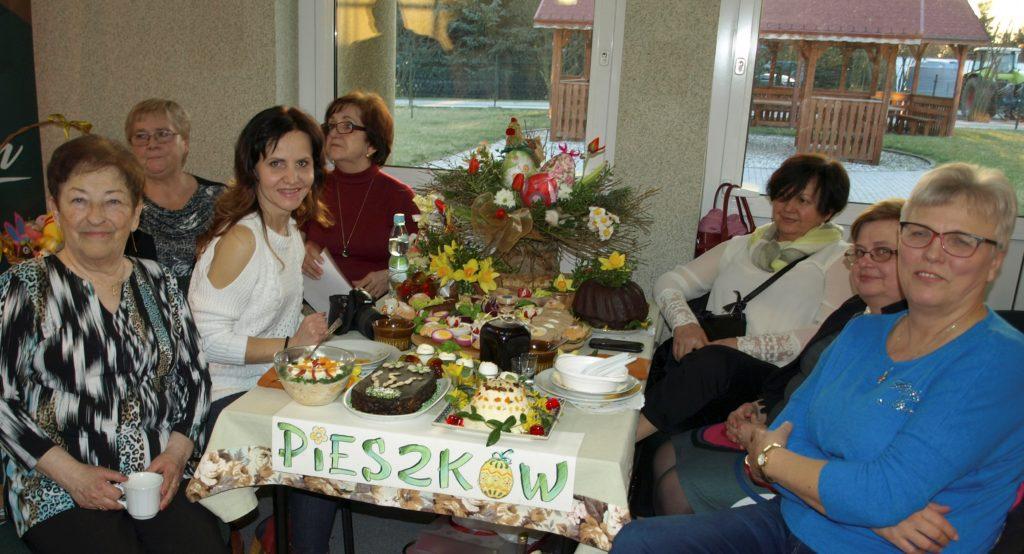 Pieszowianki siedzą przy stole Wielkanocnym