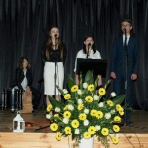 Zespół Iskra na scenie pod gołym niebem