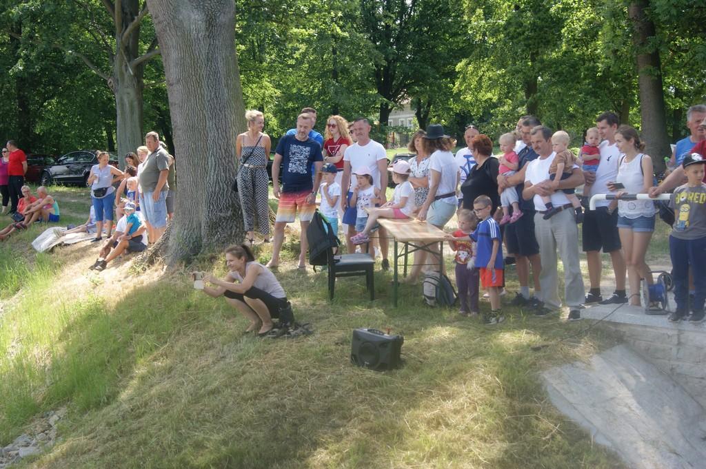 Uczestnicy i kibice podczas zawodów kajakowych