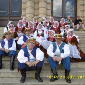 Grupa taneczna w strojach ludowych na schodach