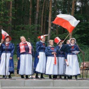 Zespół zachęta z flagami polski na scenie