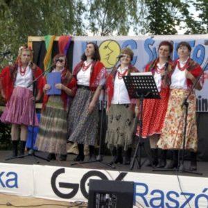 Zespół w stroju ludowym na scenie