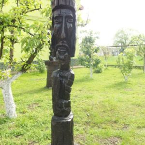 Drewniane rzeźby postaci pana Jana