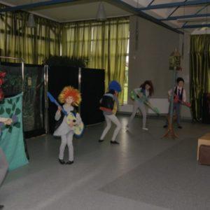 Dzieci w czasie występu teatralnego z gitarami