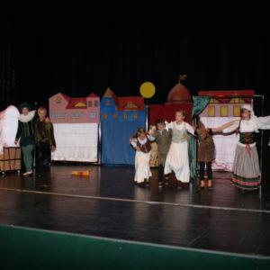 Dzieci w czasie występu teatralnego