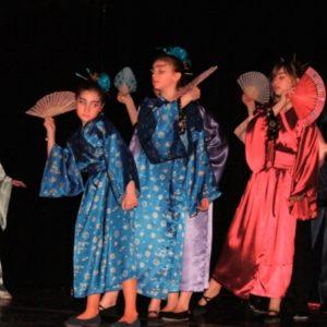 Dziewczynki w czasie występu teatralnego