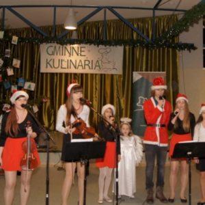 Zespół Iskra w strojach świątecznych na scenie