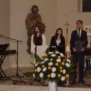 Zespół Iskra w trakcie koncertu w kościele