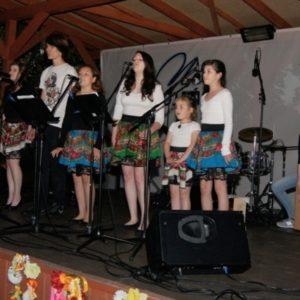Zespół Iskra na scenie w stroju ludowym