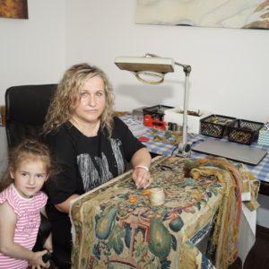 Pani Ewa z córeczką przy renowacji dywanu
