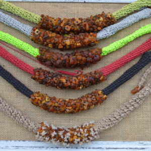 Kolorowe naszyjniki z bursztynu