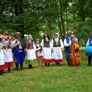 Grupa taneczna w strojach ludowych