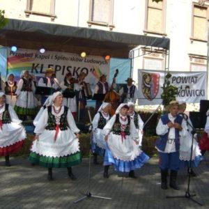 Grupa taneczna w trakcie występu