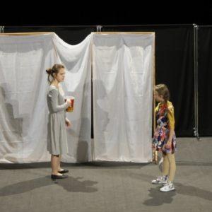 Dwie dziewczynki na scenie teatralnej