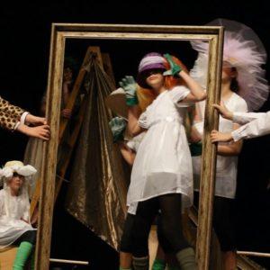 Występ dzieci w teatrze z lustrem