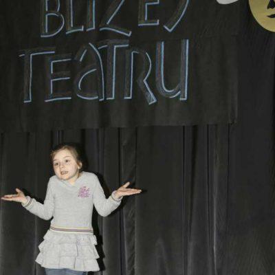 Dzieci występujące na scenie podczas przeglądu teatru