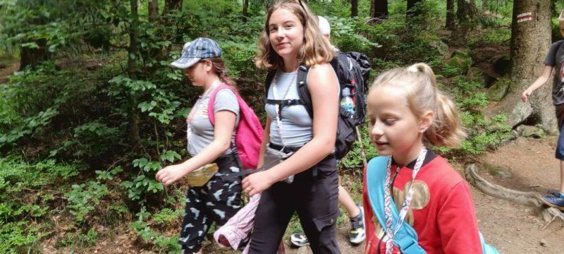dzieci na wycieczce w Górach Sowich